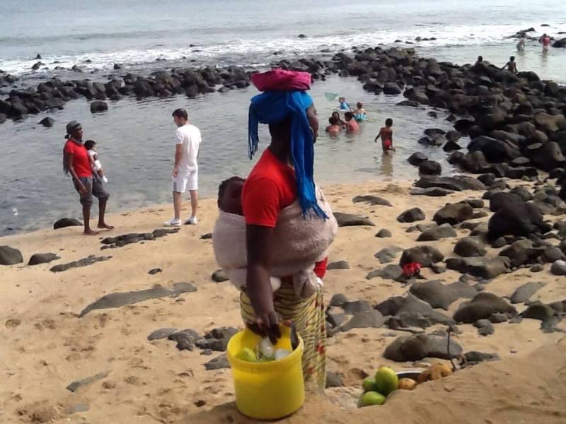Raffaella Senegal donna secchio mare